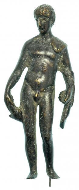 706  -  GRECIA. Época Helenística. Bronce. Figura  de atleta sujetando clámide y haltera. Altura: 9,6 cm. Incluye peana. Procedente de colección privada española años 2000.