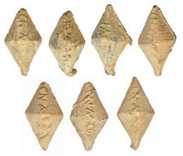 707  -  ROMA. Repúbica Romana. Plomo. Lote de siete glandes bicónicos con inscripción CN. MAG. Longitud: 4-5 cm.  Procedente de colección privada española años 1970-80.