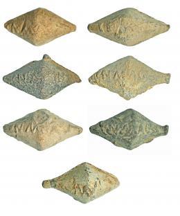 708  -  ROMA. República Romana. Plomo. Lote de siete glandes bicónicos con inscripción CN. MAG. Longitud: 4-5 cm. Procedente de colección privada española años 1970-80.