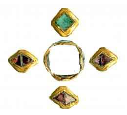 716  -  ROMA. Imperio Romano. Oro. Anillo compuesto por 4 segmentos romboidales con piedras preciosas. Diámetro: 13 x 13 mm. Procedente de colección privada española años 1970-80.