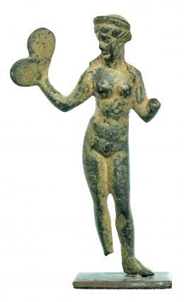 717  -  ROMA. Imperio Romano. Bronce. Figura exenta de Afrodita. Altura: 6,5 cm. Incluye peana. Procedente de colección privada española años 2000.