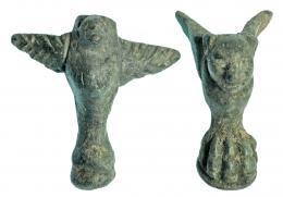 722  -  ROMA. Imperio Romano. Bronce. Lote de dos objetos, uno en forma de felino con garra de león y otro aguiliforme en la parte inferior con  garra de león. Altura: 3,1 y 3,5 cm. Procedente de colección privada española años 1970-80.