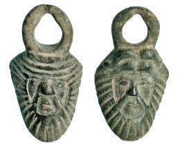 726  -  ROMA. Imperio Romano. Bronce. Lote de 2 apliques de asas de sítula con representación de rostro humano esquemático. Altura: 7,4 y 7,1 cm. Procedente de colección privada española años 1970-80.