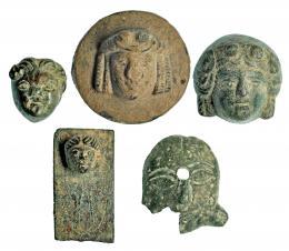 727  -  ROMA. Imperio Romano. Bronce. Lote de cinco apliques de bronce. Altura: 2,2-3,2 cm. Procedente de colección privada española años 1970-80.