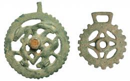 730  -  ROMA. Imperio Romano. Bronce. Lote de dos fáleras: una con representación de dos perros y una liebre y otra cirvcular con apéndices y decoración geométrica. Diámetro: 8,0 y 5,6 cm. Altura: 9,0 y 6,8 cm.