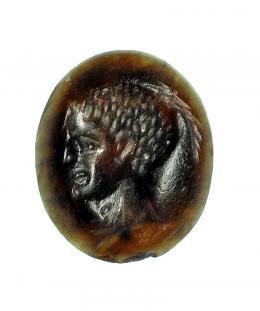 738  -  ROMA. Imperio Romano. Ágata negra. Entalle con representación de cabeza masculina a izquierda. Altura: 10 mm. Procedente de colección privada española años 1970-80.