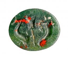 739  -  ROMA. Imperio Romano. Heliotropo. Entalle con representación de timón en centro, entre delfín y cornucopia. Altura: 9 mm. Procedente de colección privada española años 1970-80.
