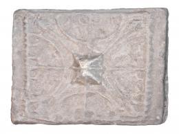 760  -  ROMA. Alto Imperio. Barro cocido. Placa decorativa conformada por una roseta de vientos con bulbo central o rueda enmarcada en una cenefa, en cuyos extremos resultantes se disponen cuatro estrías. Dimensiones: 27,7 x 36,0 cm. Procedente de colección privada española años 1970-80.
