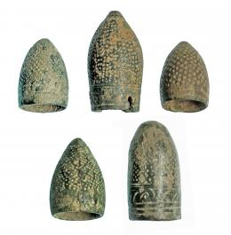 763  -  HISPANO-ÁRABE. Bronce. Lote de 5 piezas: 3 dedales de guarnicionero y 2 de sastre. Altura: 3,3-4,0 cm. Procedente de colección privada española años 1970-80.