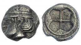48  -  GALIA. Massalia. Litra (450-410 a.C.). A/ Cabeza masculina con casco con rueda a izq. R/ Rueda de 4 radios. AR 0'7 g. MBC. Escasa.