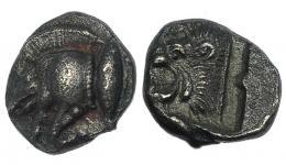73  -  MISIA. Cízico. Óbolo (525-475 a.C.). A/ Prótomo de jabalí a izq., atún a der. R/ Cabeza de león a izq., dentro de cuadrado incuso. AR 1,13 g. COP-48. SBG 3846. MBC.