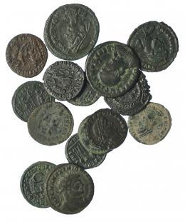 300  -  Lote 16 pequeños bronces: Maximiano, Teodora, Constancio (9), Decencio, Juliano II (2), Valentiniano I y Valentiniano II. De BC a MBC.