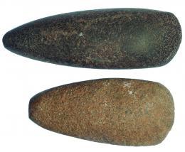 2001  -  PREHISTORIA. Lote de dos hachas pulimentadas (5400-5000 a.C.). Roca metamórfica. Longitud 12,4 y 16,6 cm.