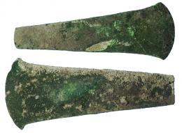 2002  -  PREHISTORIA. Lote de dos hachas (ca. 2250-1550 a.C.). Bronce. Longitud 16,3 y 17,1 cm.