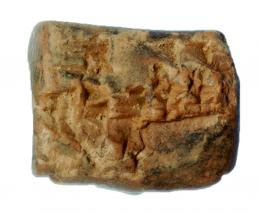 2007  -  PRÓXIMO ORIENTE. MESOPOTAMIA. Tablilla (ca. 2400 a.C.). Terracota. Con escritura cuneiforme sumeria. Dimensiones 27 x 34 mm.