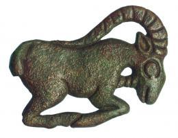 2012  -  PRÓXIMO ORIENTE. LURISTÁN. Aplique (1300-800 a.C.). Bronce. Con representación de íbice. Longitud 7,6 cm.