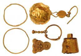 2017  -  HISPANIA ANTIGUA. Lote de seis objetos (IV-II a.C.). Oro. Dos anillos, dos pendientes, y dos elementos decorativos. Diámetro. Longitud 19 y 32 mm. Altura 11 y 12 mm. Diámetro 12 y 15 mm.