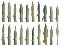 2019  -  HISPANIA ANTIGUA. FENICIO-PÚNICO. Lote de veinte puntas de flecha (VII-V a.C.) Bronce. 19 de doble filo y anzuelo y 1 de pedúnculo y aletas. Longitud 3,8-4,2 cm.
