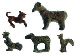 2025  -  HISPANIA ANTIGUA. Iberorromano. Lote de cinco animales (II a.C. - II d.C.). Bronce. Figuras de dos gallos, dos carneros y felino. Longitud 1,9-4,1 cm.