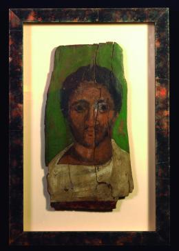 2042  -  ROMA. Imperio Romano. Pintura romana sobre tabla (175-225 d.C.). Madera. Representación de un joven romano. Retrato de el-Fayum. Pintura polícroma. Dimensiones 58,6 cm x 39,5 cm.