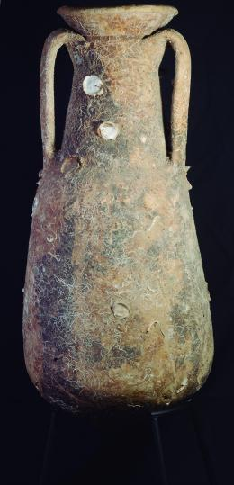2046  -  ROMA. Imperio Romano. Ánfora (Primera mitad I d.C.). Cerámica. Tipo Dressel 7. Altura 68,7 cm. Con incrustaciones marinas y parte distal fragmentada.