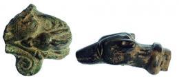 2064  -  ROMA. Imperio Romano. Lote de dos objetos (I-IV d.C.). Bronce. Aplique con representación incierta y remate en forma felina. Longitud 3,2 y 4,6 cm.