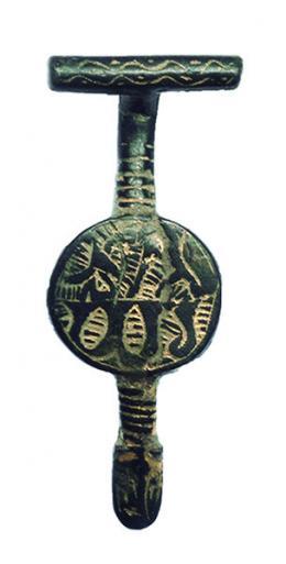 2084  -  PERÍODO MEDIEVAL CRISTIANO. Fíbula (XIII-XV d.C.). Bronce y dorado. Con decoración con técnica de ataujía. Longitud 5,5 cm.