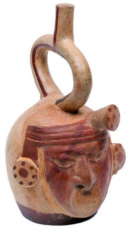 2098  -  PREHISPÁNICO. Botella. Cultura Moche (200-600 d.C.). Cerámica policromada. Recipiente globular con asa de estribo. Altura 26,8 cm. Se adjunta prueba de termoluminiscencia.