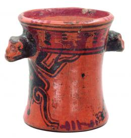 2104  -  PREHISPÁNICO. Vaso. Cultura Maya (550-950 d.C.). Terracota policromada. Con decoración abstracta y dos asas falsas zoomorfas. Altura 15,3 cm. Diámetro 13,1 cm. Se adjunta prueba de termoluminiscencia. Reparada / Pegada.