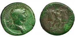 132  -  TRAJANO. Dupondio. Roma (114-117 d.C.). R/ Trajano entre dos trofeos; SENATVS POPVLVSQVE ROMANVS, exergo SC. AE 11,87 g. 26 mm. RIC-676. Pátina verde. BC+. Ex col. Cerdá, enero 1919. Adjunta tejuelo original.