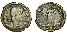 268  -  MAGNO MÁXIMO. Follis. Lugdunum (383-388). A/ Busto con diadema de perlas, coraza y manto a der. R/ Magno Máximo con lábaro y victoria sobre globo; VICTORIA AVGG, exergo LVGP. AE 4,59 g. 24 mm. RIC-33. Cospel abierto. BC+.