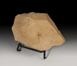 1047  -  PREHISTORIA. Período Achelense. Bifaz (200.000 a.C.). Cuarcita. Altura 14,0 cm. No incluye soporte.