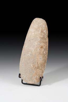 1049  -  PREHISTORIA. Neolítico-Calcolítico. Hacha. Cuarcita. Longitud 21,5 cm. No incluye soporte.