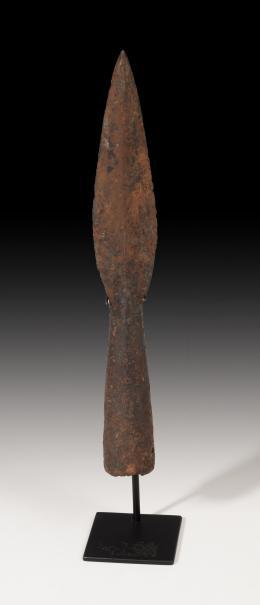 1109  -  EDAD MEDIA. Punta de lanza (XII-XIV d.C.). Hierro. Longitud 23,9 cm. No incluye soporte.