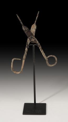 1112  -  EDAD MODERNA. Tenazas (XVIII-XIX d.C.). Bronce. Longitud 13,5 cm. No incluye soporte.