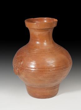 1118  -  CHINA. Dinastía Han. Vasija (206 a.C.-220 d.C.). Cerámica vidriada anaranjada. Con falsas asas laterales a modo de decoración. Altura 38,9 cm. Diámetro 15,9 cm.