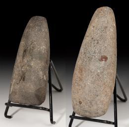 2005  -  ARQUEOLOGÍA. PREHISTORIA. Neolítico y Neolítico-Calcolítico. Lote de 2 hachas pulimentadas (ca. 5400-5000 a.C.). Roca metamórfica y cuarcita. Longitud 15,5 y 12,5 cm.