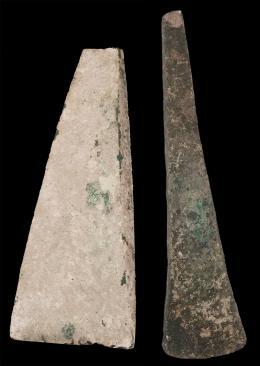 2006  -  ARQUEOLOGÍA. PREHISTORIA. Edad del Bronce. Lote de 2 hachas (Finales II-I milenio a.C.). Longitud 18,4 y 14,5 cm.
