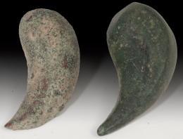 2020  -  ARQUEOLOGÍA. MUNDO ANTIGUO. Lote de dos objetos. Bronce. Longitud 4 y 4,5 cm.