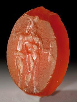 2031  -  ARQUEOLOGÍA. ROMA. Imperio Romano. Entalle (I-II d.C.). Cornalina. Con representación antropomorfa. Altura 1,9 cm.