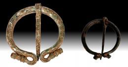 2033  -  ARQUEOLOGÍA. ROMA. Lote de dos fíbulas en omega (I a.C. - III d.C.). Bronce. Alturas 2,6 y 3,8 cm.
