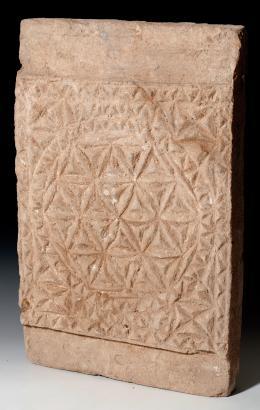 2049  -  ARQUEOLOGÍA. PERÍODO PALEOCRISTIANO. Placa decorativa (V-VI d.C.). Barro cocido. Profusa decoración geométrica. Dimensiones 40 x 25,5 cm.