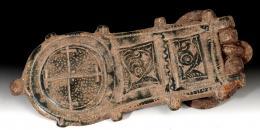 2053  -  ARQUEOLOGÍA. VISIGODOS. Hebilla liriforme (VI-VIII d.C.). Bronce. Con decoración geométrica y zoomorfa. Longitud 9,4 cm.