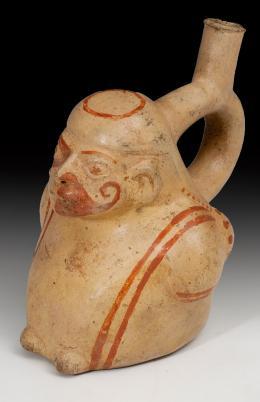 2064  -  ARQUEOLOGÍA. PREHISPÁNICO. Botella con asa de estribo (Cultura Moche, 100-800). Cerámica policromada. En forma antropomorfa. Altura17 cm.