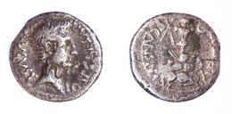 194  -  COLECCIÓN CORES. EMERITA. AUGUSTO. Denario (25-23 a.C.). A/ Cabeza a der.; IMP CAESAR AVGVST. R/ Trofeo sobre escudos; P CARISIVS (LEG PRO PR). Contramarca en anv. AR 3,62 g. 18 mm. RIC-4a. ACIP-4423. CC-5182, mismo ejemplar. BC+.