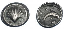 311  -  GRECIA ANTIGUA. CALABRIA. Tarento. Hemióbolo (510-460 a.C.). A/ Concha. R/ Delfín a der., debajo concha; TARA (retrógrado). AR 0,68 g. 10,1 mm. COP-786 vte. SBG-355. BMC-1,398. MBC. Ex col. Guadán-1364.