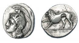 335  -  GRECIA ANTIGUA. LUCANIA. Thurium. Didracma (334-300 a.C.). A/ Cabeza de Atenea a izq. con casco frigio y centauro, en la nuca monograma. R/ León a izq. levantando pata delantera; encima Θ, debajo monograma. AR 6,75 g. 21,7 mm. COP-1559. SBG-454. Golpecitos en rev. MBC. Muy escasa. Ex col. Guadán 1457.