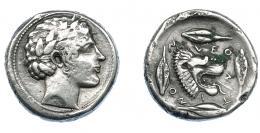 353  -  GRECIA ANTIGUA. SICILIA. Leontini. Tetradracma (466-422 a.C.). A/ Cabeza laureada de Apolo a der. R/ Cabeza de león a der. con mandíbula abierta y lengua fuera, alrededor cuatro granos de cebada y ley. griega LEO-N-T-I-NO-N. AR 17,10 g. 24,9 mm. COP-352. SBG-832. Acuñación floja en anv. y oxidaciones en rev. MBC. Rara. Ex col. Guadán 1587.