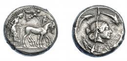 358  -  GRECIA ANTIGUA. SICILIA. Siracusa. Tetradracma (485-466 a.C.). A/ Auriga en cuadriga a der., encima Nike coronando los caballos. R/ Cabeza de Aretusa a der., alrededor delfines; ΣVRAKOΣION. AR 16,50 g. 24,2 mm. COP-624. SBG-913. Rebaba por rotura de cuño en anv. MBC/MBC+. Muy escasa. Ex col. Guadán 1650.