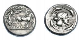 359  -  GRECIA ANTIGUA. SICILIA. Siracusa. Tetradracma (485-466 a.C.). A/ Auriga en cuadriga a der., encima Nike coronando los caballos. R/ Cabeza de Aretusa a der., alrededor delfines; ΣVRAKOΣION. AR 17,90 g. 24,8 mm. COP-628. SBG-913. Abrillantada. MBC/MBC+. Rara. Ex col. Guadán 1651.